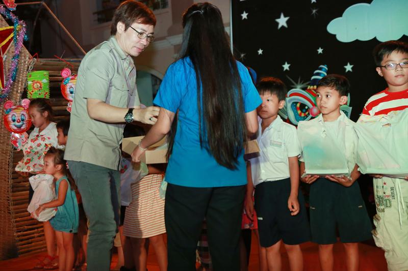 Ông Phạm Văn Tuyền trao quà cho trẻ em