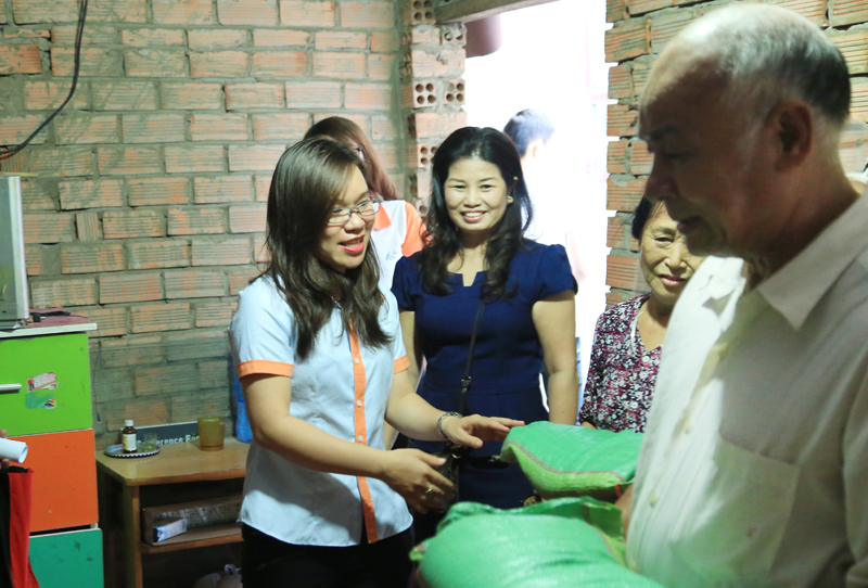 Đại diện Cty Asoẻn trao quà cho những e khuyết tật và khó khăn
