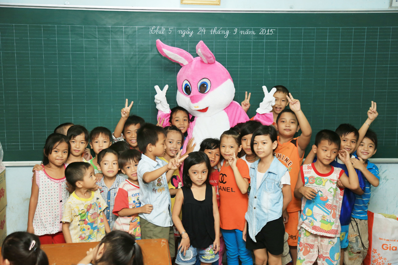 Các bé vui mừng khi nhận được sự quan tâm từ mọi người